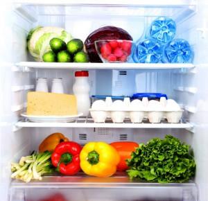 На дне холодильника вода